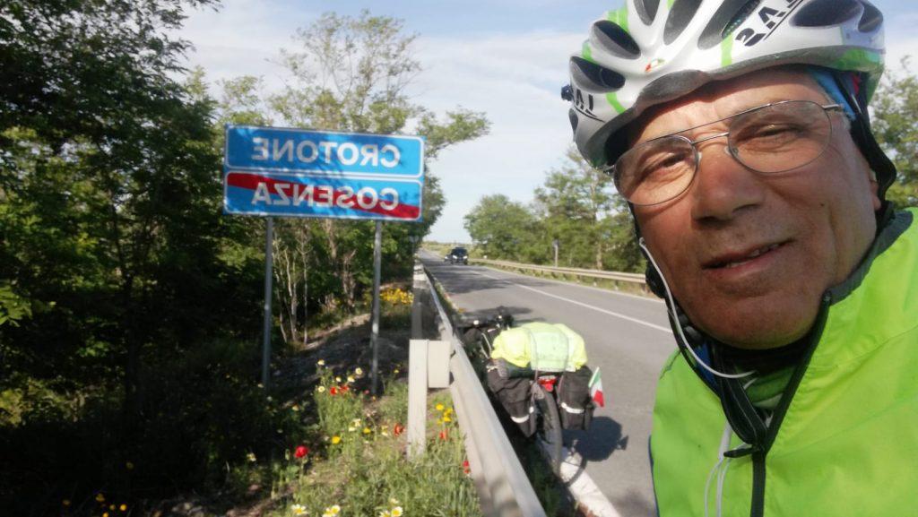 Partito in bici arriva oggi a Petilia Policastro il portalettere di Milano