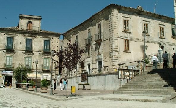 Custodia cautelare per 8 indagati a Petilia Policastro, tra questi il sindaco Nicolazzi