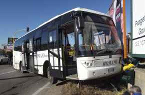 Incidente tra un tir carico di gpl e bus studenti a Crotone
