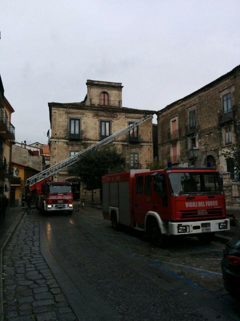In piazza Filottete intervengono i vigili per mettere in sicurezza un palazzo storico