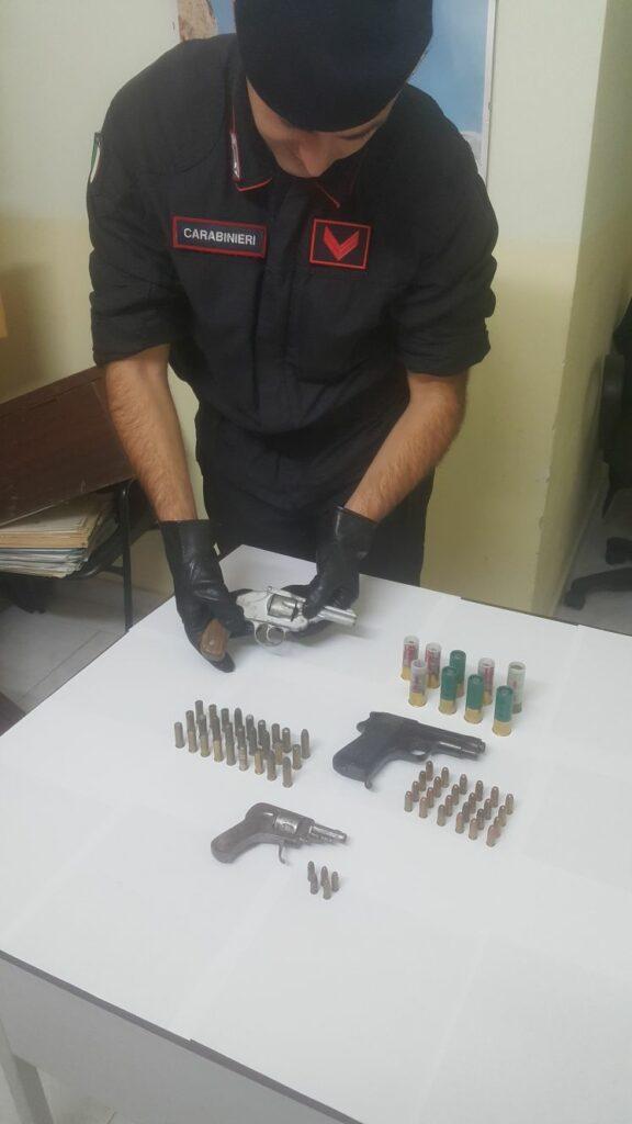A Scandale trovato in possesso di tre armi clandestine, viene arrestato dai Carabinieri