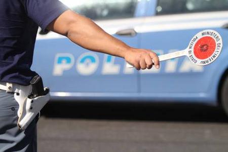 Investe i poliziotti che lo stanno multando