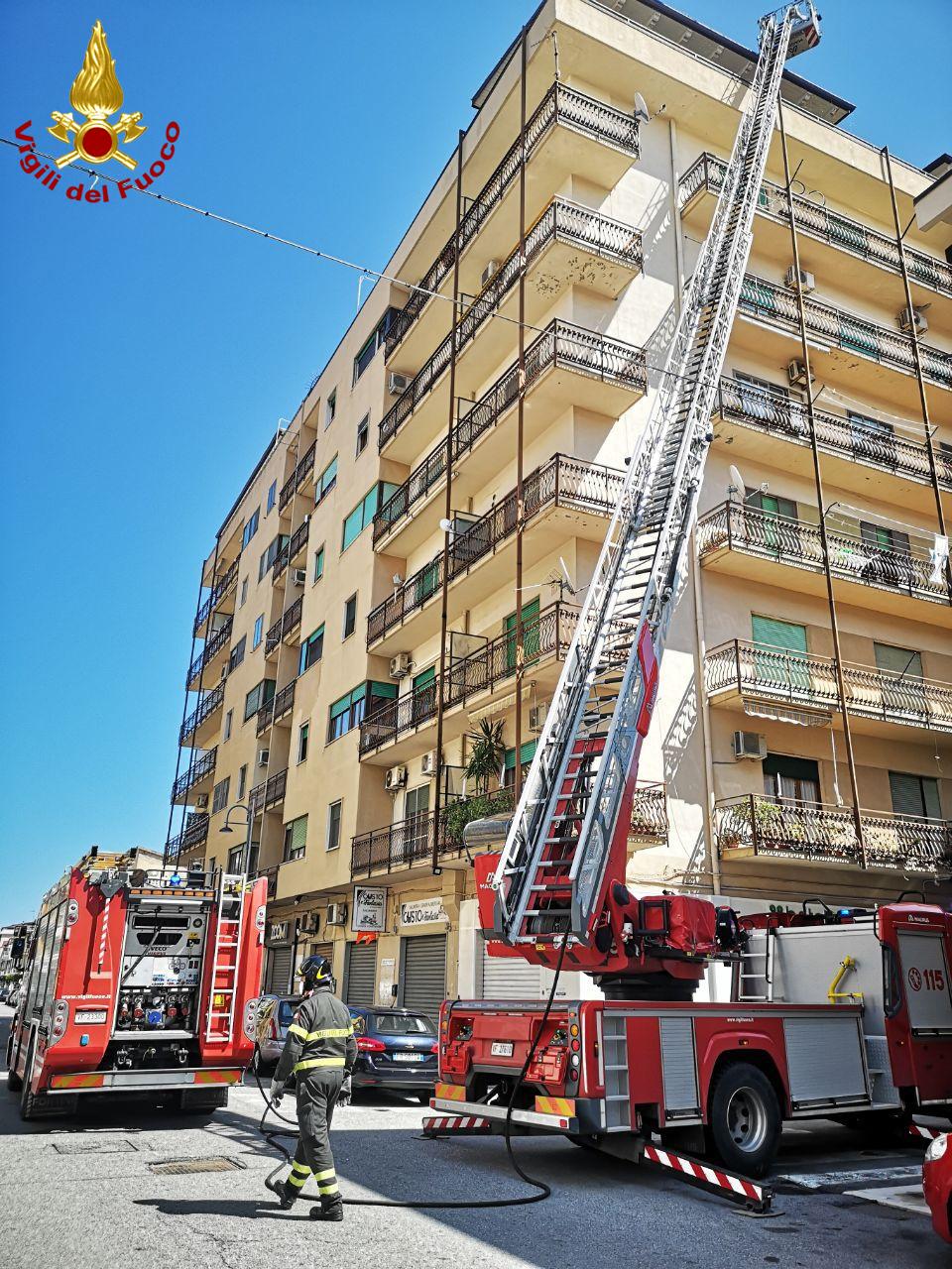 Incendio in una tettoia a Crotone, intervengono i Vigili del Fuoco
