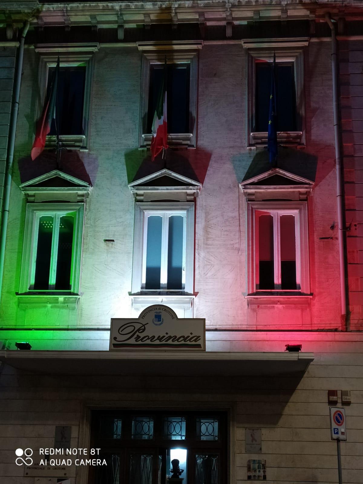 Palazzo della Provincia illuminato dal Tricolore