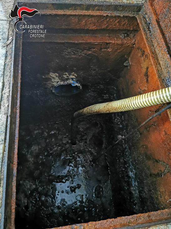 Sequestrate due cisterne a Casabona: Smaltimento reflui irregolare