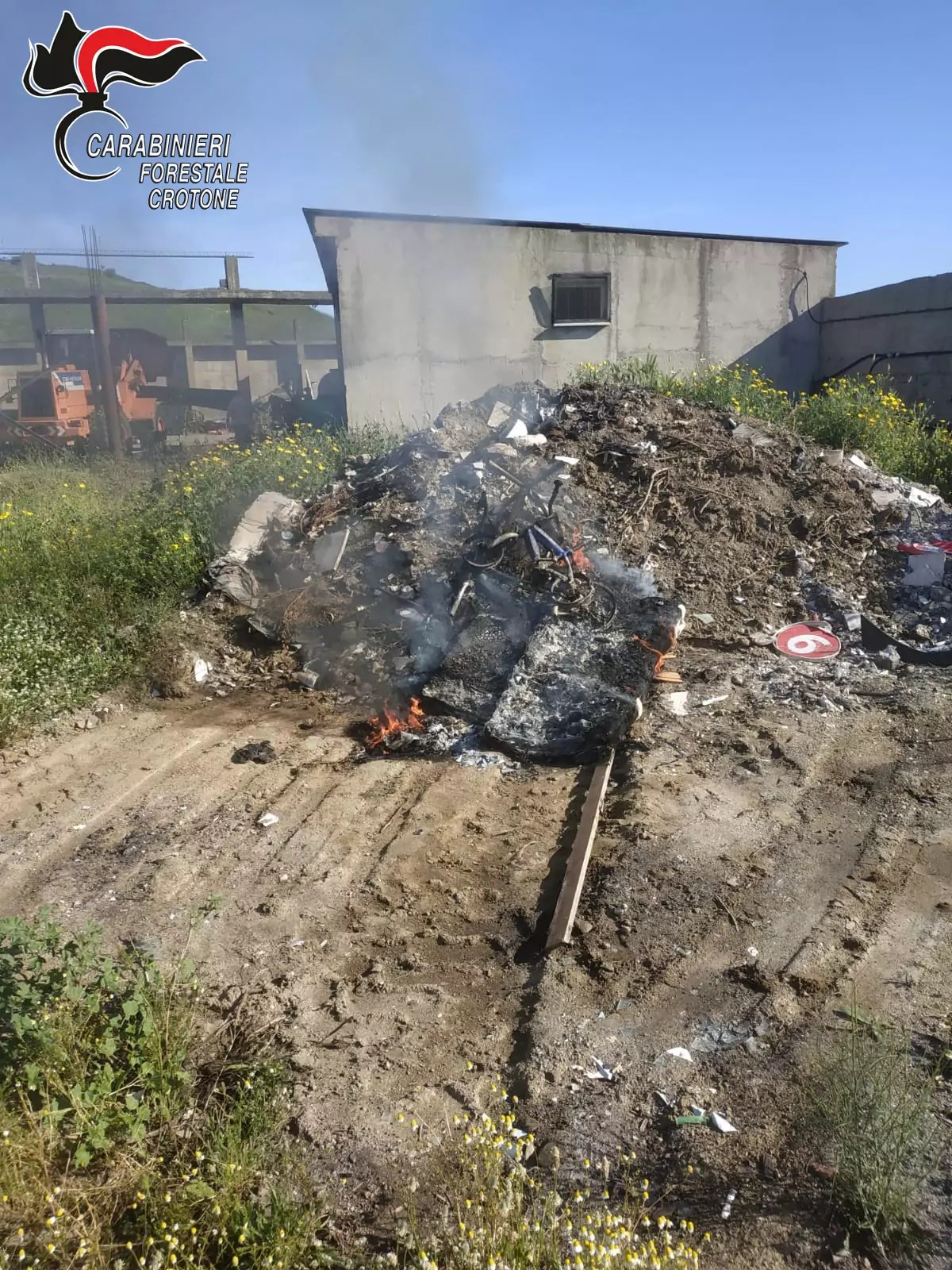 Sorpreso pensionato a bruciare rifiuti