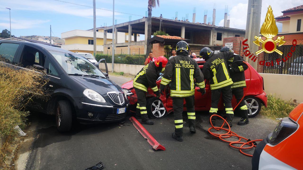 Incidente stradale a Crotone, intervento dei Vigili del fuoco
