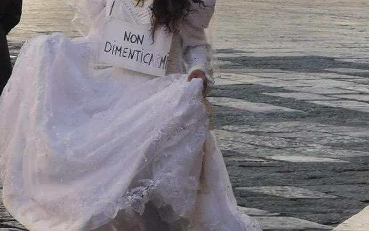 In bianco per la città di Crotone: la protesta di un'artista di strada