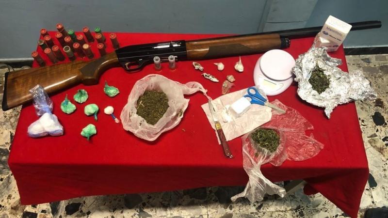 Arresti a Petilia Policastro: Spaccio di sostanza stupefacente e detenzione illegale di armi