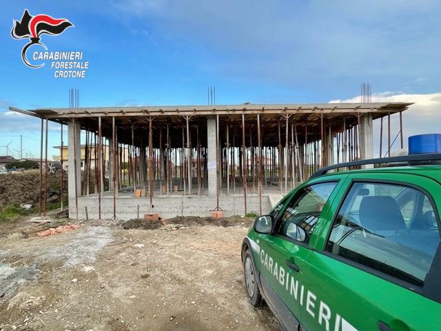 Costruzione abusiva a Isola: Intervento dei CC Forestali