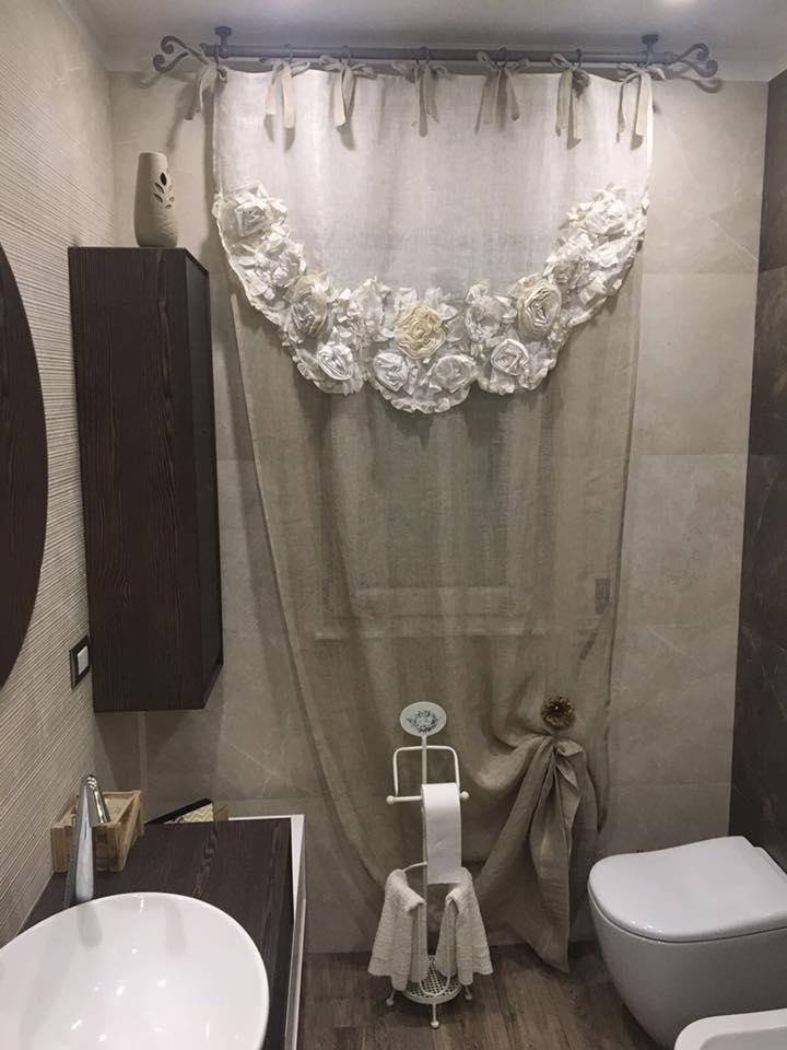 Di tende a vetro in pizzo con mantovana tende usate 2 coppie di tende a vetro con balza , altezza mt.178 x62 cm di larghezza se si ha l'esigenza di una tenda più lunga è possibile scucire la balza e si ottiene una misura di mt.189 x62 cm 2 mantovane mt.1,66 x 30 cm difetti: Blanc Mariclo Tenda Era Collection