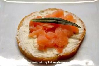 Toast avec fromage aux fines herbes et saumon fumé