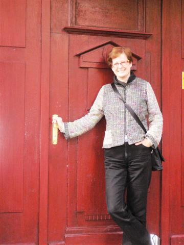 Foto: Petra Fritsche vor einer Tür
