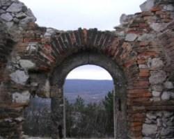 Bejárat belső nézete.  Jól láthatók még a kapu-pántok is.