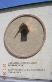 Árpádházy Szent Margit domborműve Tatabányán. Szent Margit Általános Iskola
