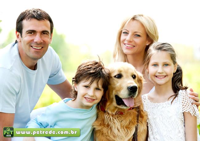 cachorro-labrador-familia-abraco-petrede