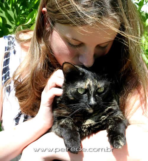 mulher-e-gato-abraco-beijo-petrede