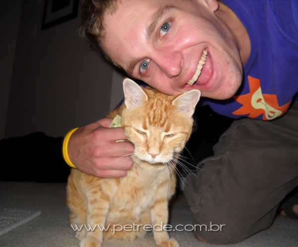 homem-e-gato-abraco-sorriso-petrede