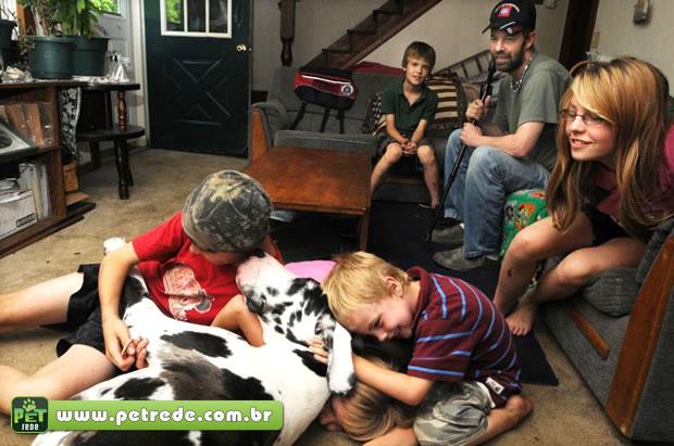 criancas-familia-cachorro-petrede