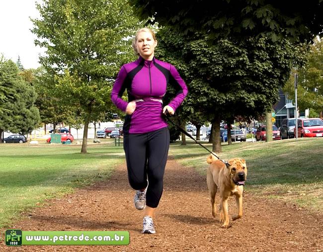 mulher-com-cachorro-exercicio-correndo-saude-atividade-fisica-petrede