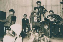 První kapela. Petr Hannig (uprostřed) jako dvanáctiletý harmonikář s nalepeným knírkem.