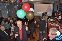V mumraji na narozeninách, v popředí kamarád Vojta Marek se ženou, ve sklenici jejich skvělé víno z Mutěnic.