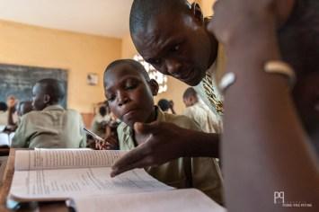Dans les établissements privés, les élèves disposent tous d'un manuel, ce qui est loin d'être le cas des établissements publics. M. Cyrius Allagbé donne son cours d'anglais à sa classe du CSP Sainte-Jeanne d'Arc. // Allada - 2015
