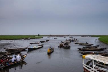 Vue depuis l'embarcadère pour Ganvié. Depuis la terre ferme, la cité sur pilotis ne se devine même pas à l'horizon. // Calavi - 2016