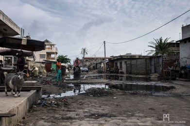 Seules les artères principales ont été goudronnées, les autres voies du quartier ont été laissées à la merci de la saison des pluies. // Avotrou-Dandji - 2017