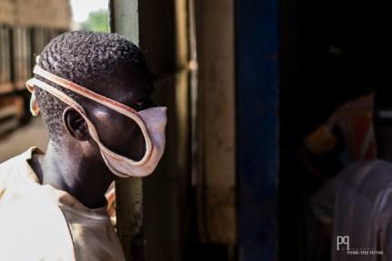 La poussière libérée lors de l'égrainage brûle les yeux et rend l'air irrespirable. // Banikoara - 2016