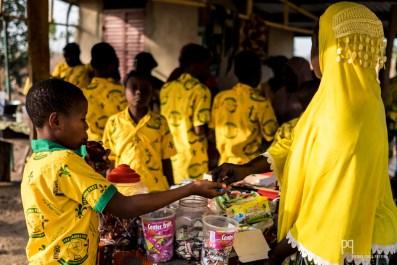 Ces petits stands sont également l'occasion pour les élèves d'acheter quelques biscuits ou bonbons. // Kandi - 2016