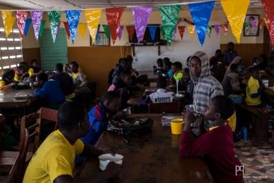 Bouillie matinale: la réalité économique locale ne permet pas de varier énormément les repas, mais chaque interne mange à sa faim tous les jours. // Kandi - 2015