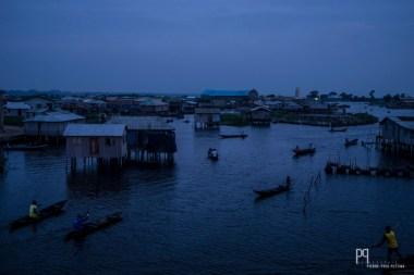 La ville sur pilotis prend vie à l'aube, les pirogues sillonneront les canaux jusqu'à la nuit. // Ganvié - 2016