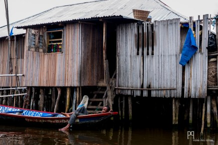 Protégé des crues par les pilotis, les échopes desservent les bateaux qui circulent dans les canaux de la ville. // Ganvié - 2016