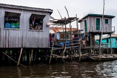 Le parois de bois portent encore les stigmates de la montée des eaux, période durant laquelle bon nombre d'habitations sont régulièrement inondées. // Ganvié - 2016