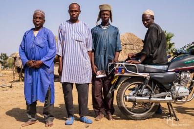 Le chef de famille, l'ancien - à gauche - pose fièrement en compagnie de ses fils et cousins . Il a fallu plusieurs séjours pour gagner sa confiance et pouvoir passer du temps chez lui.