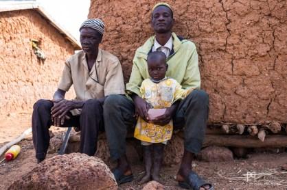 Denon, au centre en compagnie de l'une de ses filles, est le gardien de l'internat. Il vit au milieu du champs qui jouxte l'école.