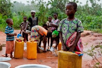 Il n'y a pas vraiment d'âge pour venir chercher l'eau à la source; un bidon jaune contient 25 litres. // Ayou - 2012