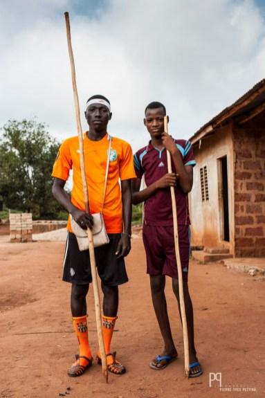 Équipés, ces deux élèves partent pour leur cours d'éducation phyisque: aujourd'hui lancer du javelot. // Hinvi - 2013