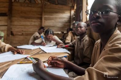 Les sureffectifs et le manque de moyens ne laissent que le choix d'ériger des bâtiments en bois où viennent s'entasser les élèves. // Attogon - 2013