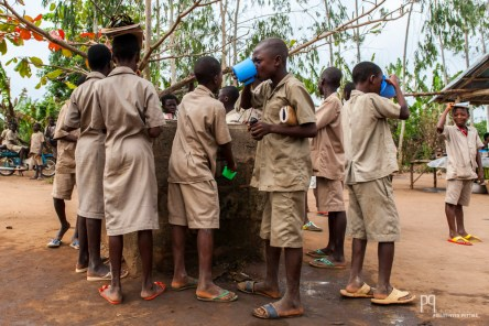 """Durant la grande pause du matin, les """"bonnes dames"""" vendent de quoi se remplir le ventre et le puits est à disposition pour étancher sa soif. // Attogon - 2013"""