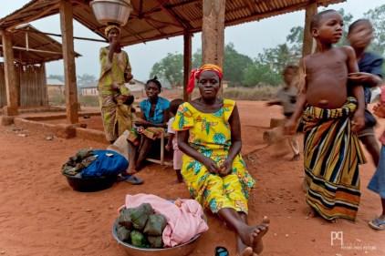 """Le soir venu, cette vendeuse propose son """"akassa"""" (boule d'amidon de maïs fermenté emballée dans des feuilles de teck ou de manioc) sur le marché d'Ayou. // Ayou - 2012"""