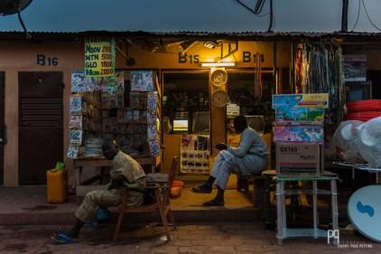 Les petits stands face au marché couvert d'Allada proposent de tout et de rien... mais surtout du jus (crédit pour les téléphones portables). // Allada - 2013