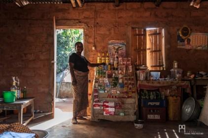 La maman de Carmelle tient une minuscule épicerie: arachides, savons, sauce tomate, épices et cubes maggi font partie de son assortiment. // Ayou - 2015