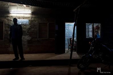 Le censeur termine tard ce soir, c'est lui qui doit s'assurer que la lumière a bien été éteinte dans les quelques classes dotées d'électricité. // Sékou - 2013