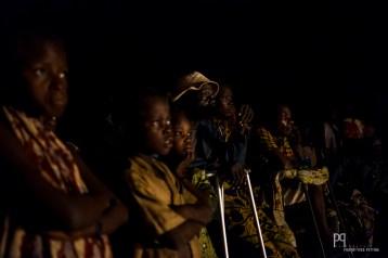 Public captif devant une représentation de la troupe MaMaFeLe. // Ayou - 2016