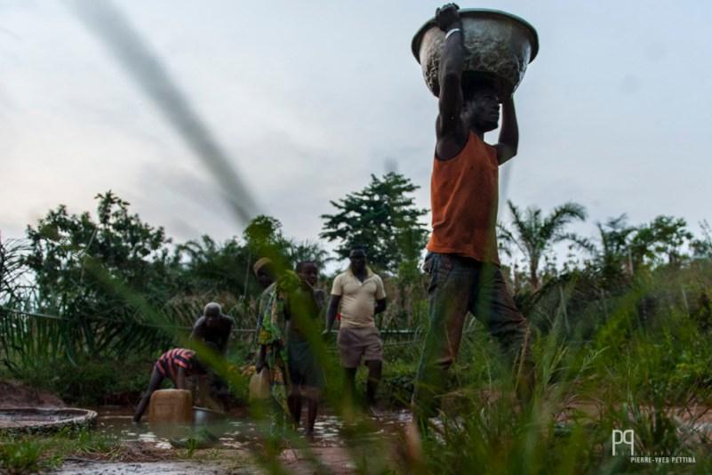 """Même si le réseau d'adduction est relativement performant, les nombreuses pannes et """"coupures"""" (d'électricité) forcent les villageois à venir chercher l'eau à la source. // Ayou - 2012"""