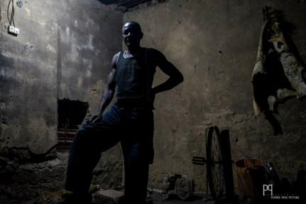 Les artisans de Seko Gbabourou - le quartier des forgerons - travaillent le fer et l'aluminium dans de minuscules ateliers à peine éclairés. // Banikoara - 2017