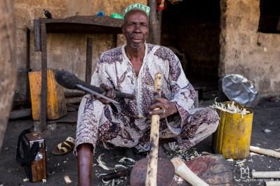 Chaque artisan a sa spécialité: dans cet atelier sont réalisés les manches de haches ou de houes. // Banikoara - 2017