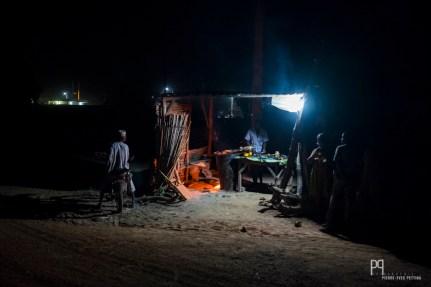 La viande grillée commence à attirer les ventres vides. // Banikoara - 2012